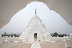 Η άσπρη παγόδα του ναού paya Hsinbyume (Myatheindan) Στοκ Φωτογραφίες