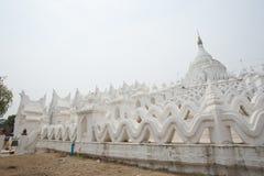 Η άσπρη παγόδα του ναού paya Hsinbyume (Myatheindan) Στοκ Εικόνα