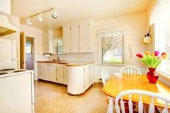 Η άσπρη παλαιά μικρή κουζίνα στο αμερικανικό σπίτι ενσωματώνει το 1942. Στοκ Εικόνα