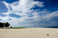 Η άσπρη παραλία άμμου στη θάλασσα Andaman με το υπόβαθρο μπλε ουρανού το καλοκαίρι στοκ εικόνες με δικαίωμα ελεύθερης χρήσης