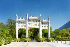 Η άσπρη πύλη που οδηγεί στο Po Lin μοναστήρι στο Χονγκ Κονγκ Στοκ φωτογραφίες με δικαίωμα ελεύθερης χρήσης