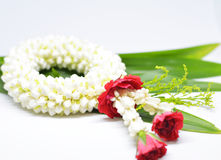 Η άσπρη jasmine γιρλάντα με το κόκκινο αυξήθηκε Στοκ Εικόνες