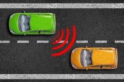 Η άσφαλτος με τα αυτοκίνητα σε έναν δρόμο με τον αισθητήρα απόστασης και η εμφάνιση σπάζουν το βοηθό στοκ φωτογραφίες