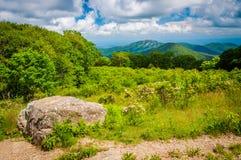 Η δάφνη βουνών και η άποψη του παλαιού κουρελιού, στην οδό αγνοούν, ο Στοκ εικόνες με δικαίωμα ελεύθερης χρήσης