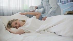 Η άχρηστη προσπάθεια ξυπνήστε στην κόρη το πρωί, αργά για το σχολείο, ενόχλησε τον έφηβο απόθεμα βίντεο