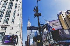 Η έβδομη λεωφόρος στο Μανχάταν και το Εmpire State Building μέσα Στοκ Φωτογραφίες