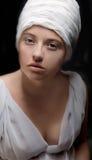 Η έγκυος γυναίκα έντυσε σε ένα τουρμπάνι και ντυμένος στο άσπρο ύφασμα Στοκ φωτογραφίες με δικαίωμα ελεύθερης χρήσης