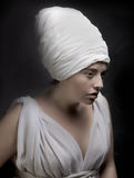 Η έγκυος γυναίκα έντυσε σε ένα τουρμπάνι και ντυμένος στο άσπρο ύφασμα Στοκ Εικόνα