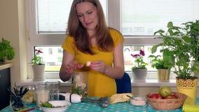 Η έγκυος γυναίκα απολαμβάνει το υγιές κοκτέιλ φρούτων με το γάλα απόθεμα βίντεο