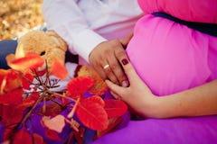 Η έγκυος γυναίκα και το άτομο χαλαρώνουν υπαίθρια Στοκ εικόνα με δικαίωμα ελεύθερης χρήσης