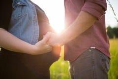 η έγκυος γυναίκα συζύγω&n Στοκ φωτογραφίες με δικαίωμα ελεύθερης χρήσης
