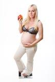 η έγκυος κλίμακα που στέκεται ζυγίζει τη γυναίκα στοκ φωτογραφίες με δικαίωμα ελεύθερης χρήσης
