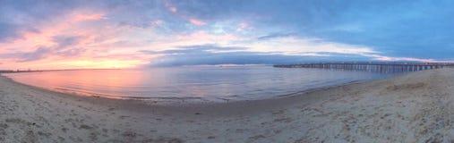 η έκθεση παραλιών αισθάνεται ότι δίνει τα αργά μαλακά κύματα ηλιοβασιλέματος πολύ Στοκ εικόνα με δικαίωμα ελεύθερης χρήσης