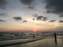 η έκθεση παραλιών αισθάνεται ότι δίνει τα αργά μαλακά κύματα ηλιοβασιλέματος πολύ Στοκ Φωτογραφία