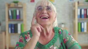 Η έκπληκτη χαρούμενη ηλικιωμένη γυναίκα χρησιμοποιεί την ενίσχυση ακρόασης για πρώτη φορά απόθεμα βίντεο
