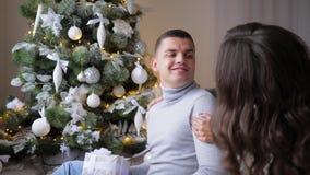 Η έκπληξη για την αγαπημένη γυναίκα στην παραμονή του νέου έτους, σύζυγος αγκαλιάζει ήπια το σύζυγό της στο σπίτι απόθεμα βίντεο