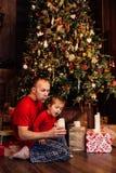 Η έκρηξη κορών μπαμπάδων ` s σημαδεύει σε ένα χριστουγεννιάτικο δέντρο Στοκ Εικόνες