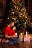 Η έκρηξη κορών μπαμπάδων ` s σημαδεύει σε ένα χριστουγεννιάτικο δέντρο Στοκ φωτογραφία με δικαίωμα ελεύθερης χρήσης