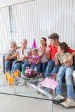 Η έκρηξη μικρών κοριτσιών σημαδεύει στο κέικ στοκ φωτογραφίες με δικαίωμα ελεύθερης χρήσης