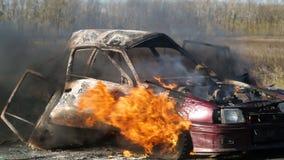 Η έκρηξη της ρόδας ενός αυτοκινήτου που καίει στην εθνική οδό Αυτοκίνητο στην πυρκαγιά στο δρόμο απόθεμα βίντεο