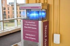 Η έκτακτη ανάγκη βοήθειας ανάγκης λόμπι νοσοκομείων πιέζει το κόκκινο κουμπί για τις πληροφορίες Τύπου αναπηρικών καρεκλών Στοκ Φωτογραφίες