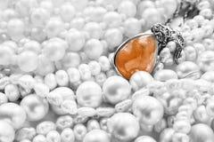 Ηλέκτρινα κρεμαστό κόσμημα και μαργαριτάρι Στοκ φωτογραφία με δικαίωμα ελεύθερης χρήσης