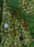 Ηλέκτρινες χάντρες που βρίσκονται στο πράσινο κλωστοϋφαντουργικό προϊόν με τα κουμπιά Στοκ φωτογραφία με δικαίωμα ελεύθερης χρήσης