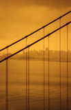 Ηλέκτρινος-βαμμένη λεπτομέρεια της χρυσής γέφυρας πυλών με το Σαν Φρανσίσκο στο υπόβαθρο στοκ εικόνα