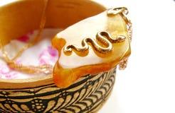 Ηλέκτρινο περιδέραιο με ένα χρυσό φίδι σε το Στοκ Εικόνες