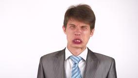 Η έκφραση νεαρών άνδρων παρουσιάζει συγκινήσεις μπροστά από τη κάμερα Ανόητος γύρω απόθεμα βίντεο