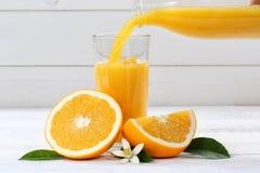 Η έκχυση χυμού από πορτοκάλι χύνει τα φρούτα φρούτων πορτοκαλιών στοκ φωτογραφίες με δικαίωμα ελεύθερης χρήσης