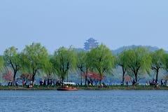 Η έλξη TaoGongLiuLu αερακιού άνοιξη το bai δυτικών λιμνών υπερυψωμένο μονοπάτι στοκ εικόνες
