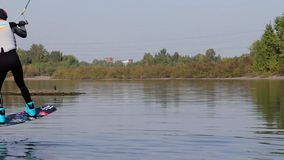 Η έναρξη, αρχίζει ένα wakeboard Παφλασμοί του νερού Το βαρούλκο τραβά τον αναβάτη φιλμ μικρού μήκους