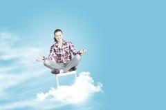 η έννοια δίνει αυξημένο τον περισυλλογή ουρανό ατόμων του στις νεολαίες Στοκ φωτογραφίες με δικαίωμα ελεύθερης χρήσης