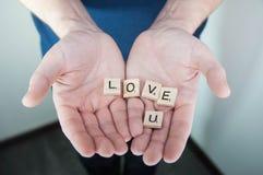 Η έννοια αγάπης για την ημέρα βαλεντίνων ` s, με παντρεύει, σας αγαπώ στα χέρια ατόμων Στοκ Εικόνες