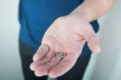 Η έννοια αγάπης για την ημέρα βαλεντίνων ` s, με παντρεύει, σας αγαπώ στα χέρια ατόμων Στοκ Φωτογραφία