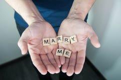 Η έννοια αγάπης για την ημέρα βαλεντίνων ` s, με παντρεύει, σας αγαπώ στα χέρια ατόμων Στοκ εικόνα με δικαίωμα ελεύθερης χρήσης