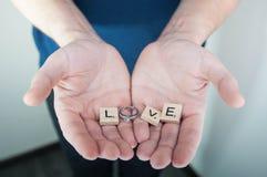 Η έννοια αγάπης για την ημέρα βαλεντίνων ` s, με παντρεύει, σας αγαπώ στα χέρια ατόμων Στοκ φωτογραφία με δικαίωμα ελεύθερης χρήσης