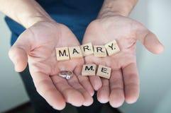 Η έννοια αγάπης για την ημέρα βαλεντίνων ` s, με παντρεύει, σας αγαπώ στα χέρια ατόμων Στοκ φωτογραφίες με δικαίωμα ελεύθερης χρήσης