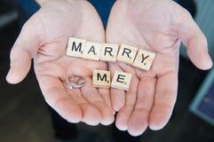 Η έννοια αγάπης για την ημέρα βαλεντίνων ` s, με παντρεύει, σας αγαπώ στα χέρια ατόμων Στοκ εικόνες με δικαίωμα ελεύθερης χρήσης