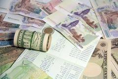 Η έννοια αποταμίευσης, αυτό είναι μια οικονομία ή μια μείωση των χρημάτων Τράπεζα βιβλίων στη μέση των χρημάτων στοκ εικόνες