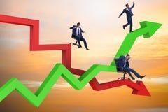 Η έννοια αύξησης και πτώσης με τους επιχειρηματίες ελεύθερη απεικόνιση δικαιώματος