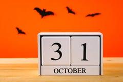 Η έννοια για αποκριές Ρόπαλα και ξύλινο ημερολόγιο που παρουσιάζουν στις 31 Οκτωβρίου Στοκ Εικόνες