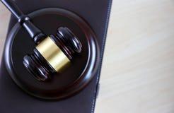 η έννοια δικαιοσύνης και νόμου κρίνει gavel, που λειτουργεί με το ψηφιακό γ Στοκ φωτογραφία με δικαίωμα ελεύθερης χρήσης