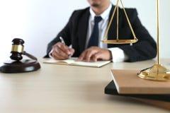 η έννοια δικαιοσύνης και νόμου κρίνει gavel, που λειτουργεί με το ψηφιακό γ Στοκ εικόνες με δικαίωμα ελεύθερης χρήσης