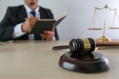 η έννοια δικαιοσύνης και νόμου κρίνει gavel, που λειτουργεί με το ψηφιακό γ Στοκ εικόνα με δικαίωμα ελεύθερης χρήσης