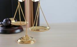 η έννοια δικαιοσύνης και νόμου κρίνει gavel, που λειτουργεί με το ψηφιακό γ Στοκ Εικόνες