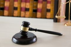 η έννοια δικαιοσύνης και νόμου κρίνει gavel, που λειτουργεί με το ψηφιακό γ Στοκ Εικόνα