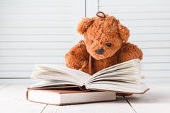 Η έννοια εκπαίδευσης παιδιών, στρόβιλος αντέχει με το βιβλίο Στοκ Φωτογραφίες