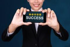 Η έννοια επιτυχίας, ευτυχής επιχειρηματίας παρουσιάζει επιτυχία κειμένων σε έξυπνο στοκ φωτογραφία